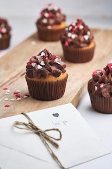 Cupcakes como um presente para seus entes queridos. cupcakes de laranja com creme de chocolate.