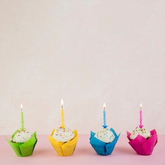 Cupcakes de aniversário e copyspace no topo