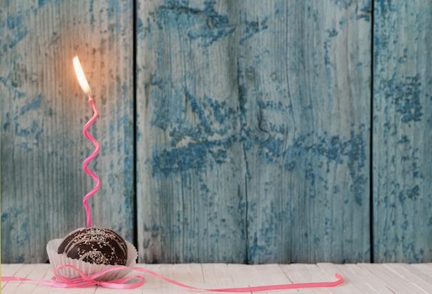Cupcakes de aniversário na mesa de madeira