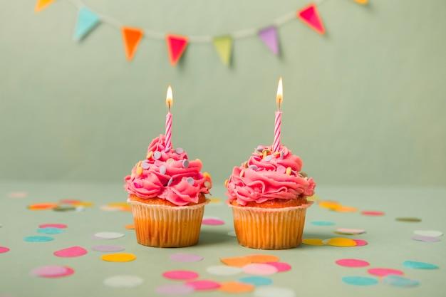 Cupcakes de aniversário rosa com guirlanda