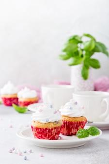 Cupcakes de baunilha com creme branco