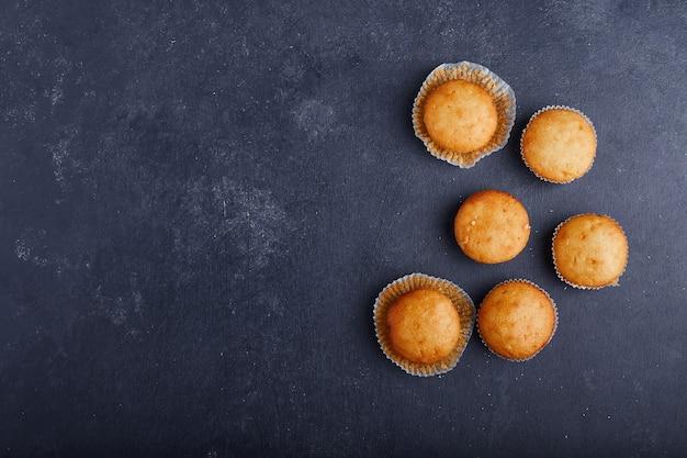 Cupcakes de baunilha em fundo azul.