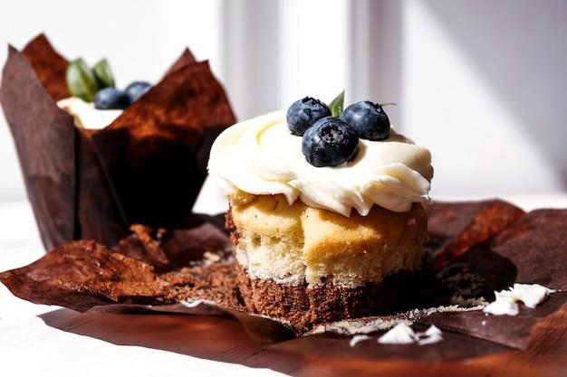Cupcakes de berry com recheio de sobremesa