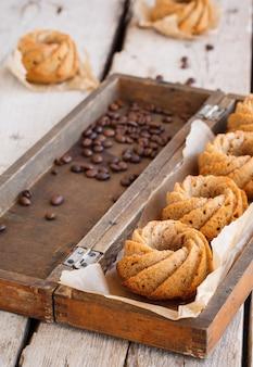 Cupcakes de café em uma caixa de madeira