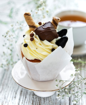 Cupcakes de chocolate em fundo branco de madeira
