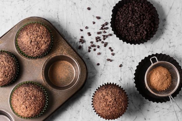 Cupcakes de chocolate vista superior prontos para serem servidos