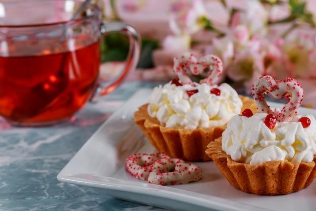 Cupcakes de coração vermelho com decorações para dia dos namorados