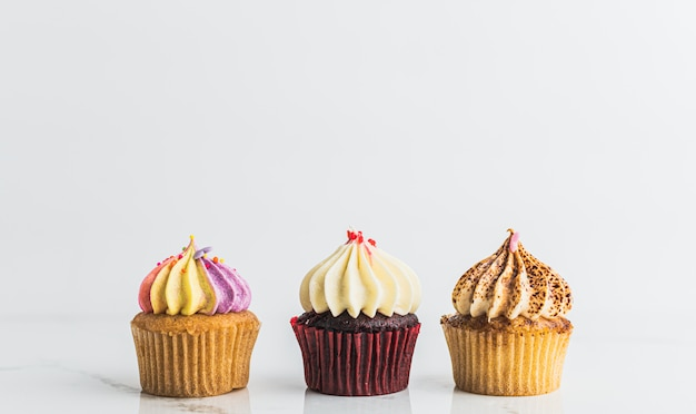 Cupcakes de diferentes sabores e cores