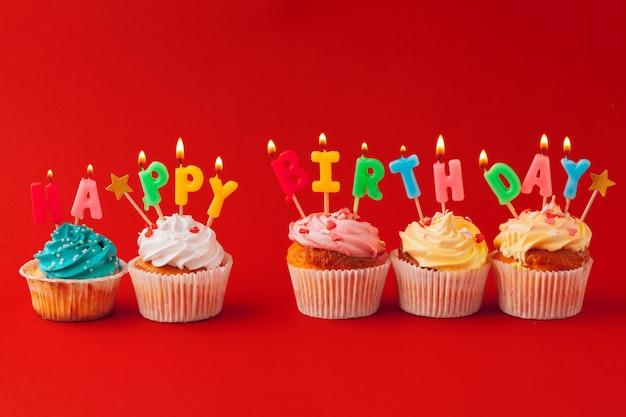 Cupcakes de feliz aniversário em cores brilhantes