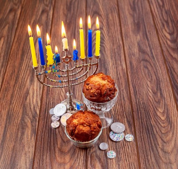 Cupcakes de feriado judaico compostos de elementos do hanukkah menorah velas cupcake