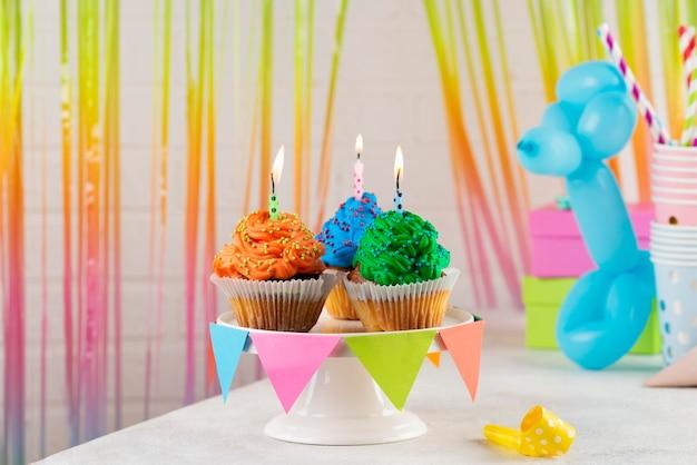 Cupcakes de festa coloridos com velas