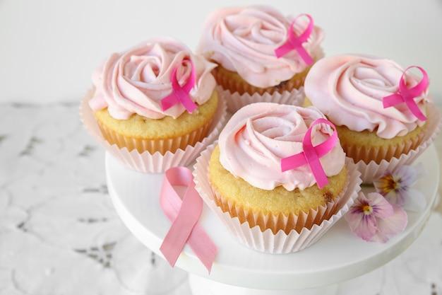 Cupcakes de flor rosa para o dia da fita rosa, conscientização do câncer de mama