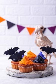 Cupcakes de halloween com creme de cor