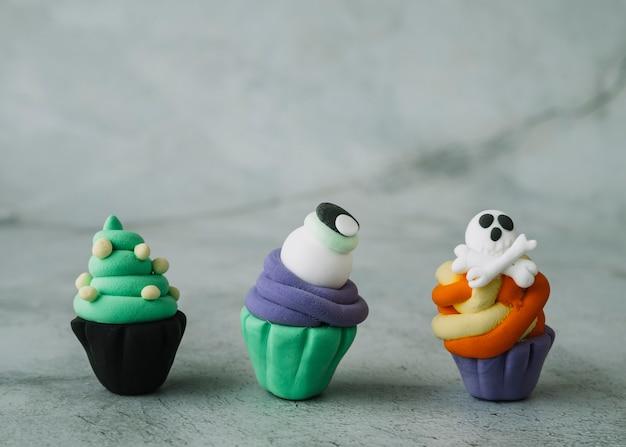 Cupcakes de marmelada de halloween com figuras assustadoras