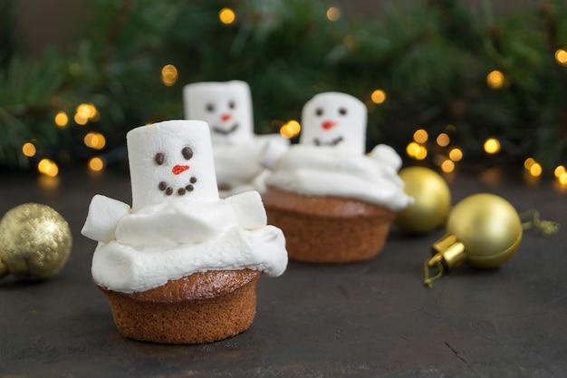 Cupcakes de natal chocolate com decoração de boneco de neve.