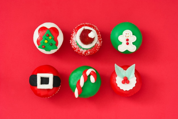 Cupcakes de natal em fundo vermelho