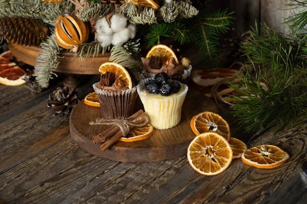 Cupcakes de natal feitos de chocolate branco e escuro, decorados com frutas