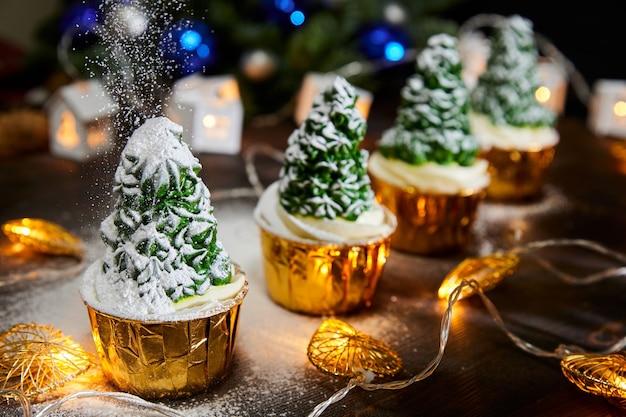 Cupcakes de natal na forma de uma árvore de ano novo decorada com açúcar de confeiteiro