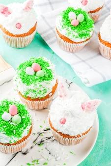 Cupcakes de páscoa com orelhas de coelho e ovos doces,