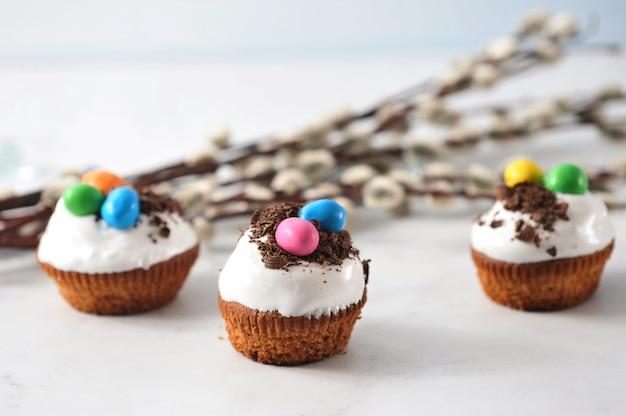 Cupcakes de páscoa com pepitas de chocolate