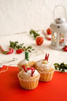 Cupcakes de sobremesa mini natal festivo sazonais em elementos tradicionais de símbolos decorativos verdes vermelhos
