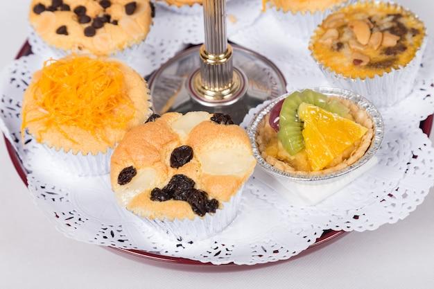 Cupcakes de sobremesa tailandesa com um carrinho de bolo