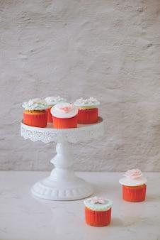 Cupcakes decorados com fondant. cupcake de amor doce dia dos namorados na mesa sobre fundo claro