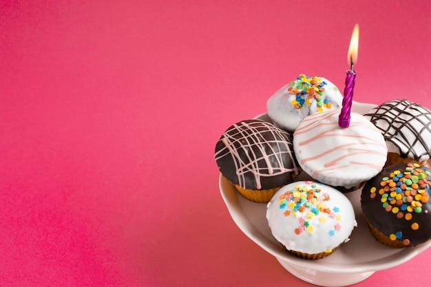 Cupcakes decorados na mesa vermelha