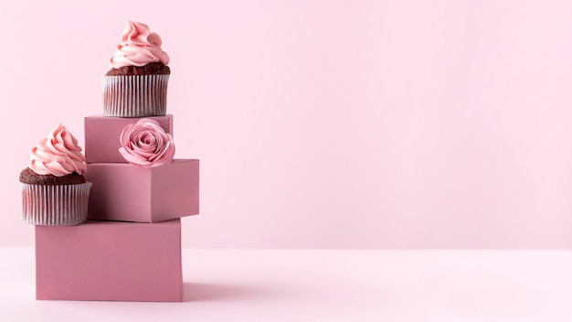 Cupcakes deliciosos com cópia-espaço