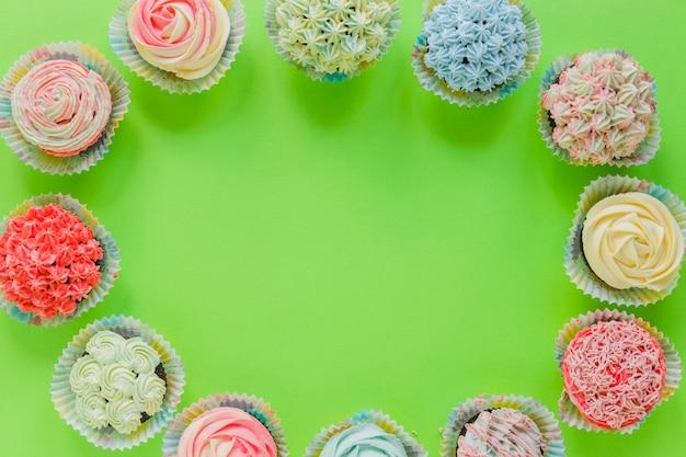 Cupcakes deliciosos organiza em círculo