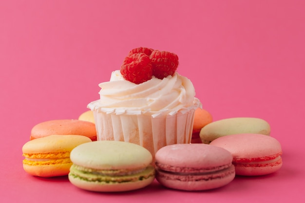 Cupcakes doces saborosos sobre fundo rosa claro