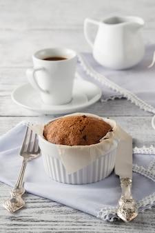 Cupcakes e café na mesa de madeira