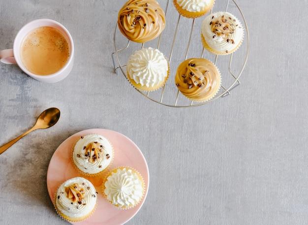 Cupcakes e café