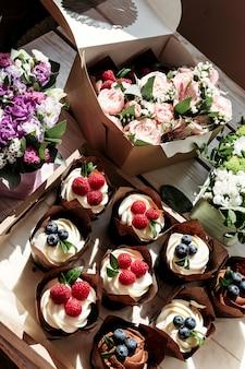 Cupcakes e flores em caixa, composição festiva para dia dos namorados, aniversário