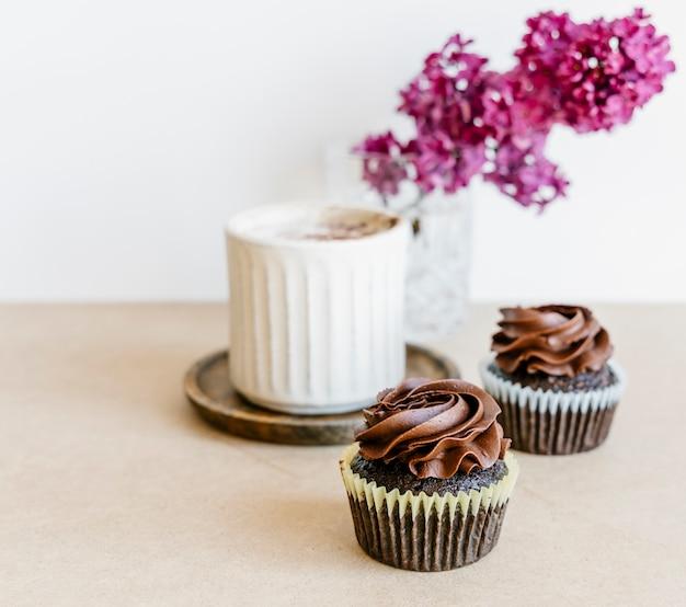 Cupcakes e flores lilás
