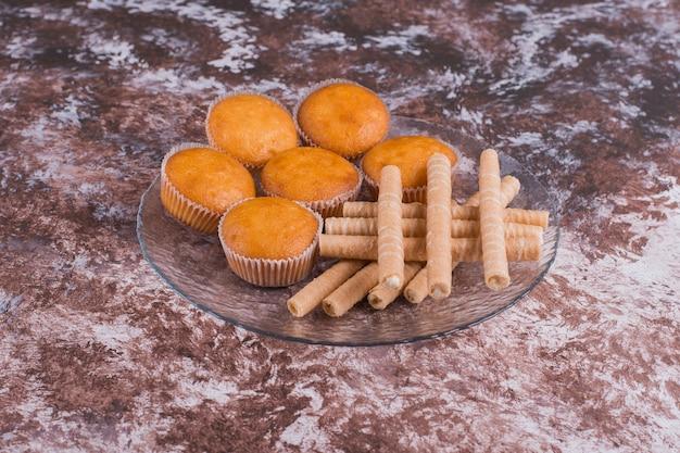 Cupcakes e waffles em uma travessa de vidro