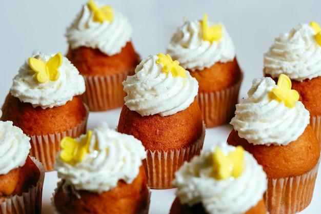 Cupcakes em um carrinho.