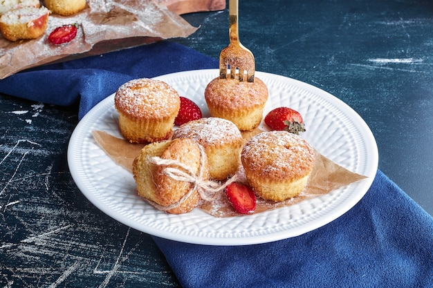 Cupcakes em um prato branco.
