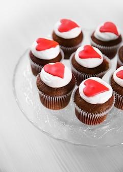 Cupcakes em um suporte de vidro na mesa