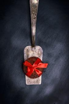 Cupcakes em uma espátula de cozinha de ferro, fundo preto, close-up