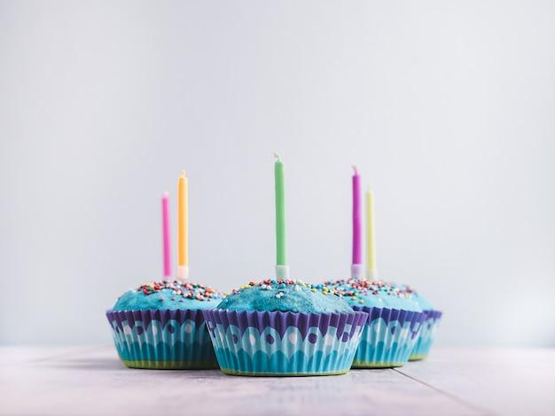 Cupcakes festivos com velas