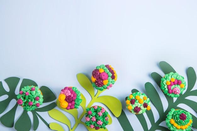 Cupcakes multicoloridos com decoração como plantas suculentas de interior