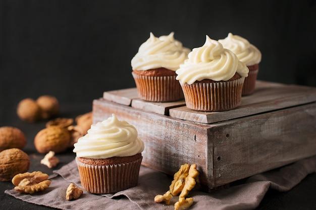 Cupcakes ou muffins de cenoura com nozes no preto