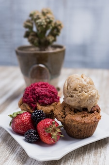 Cupcakes vegan com frutas e sorvete
