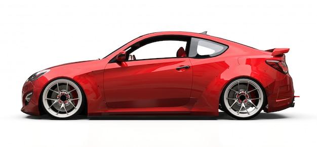 Cupê de carro esportivo pequeno vermelho sobre fundo branco