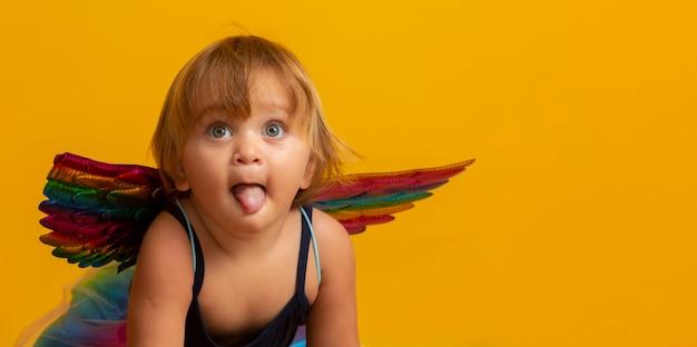 Cupido bonito com coração vermelho forma ballon. feliz dia dos namorados. dia das crianças. carnaval. matinê.