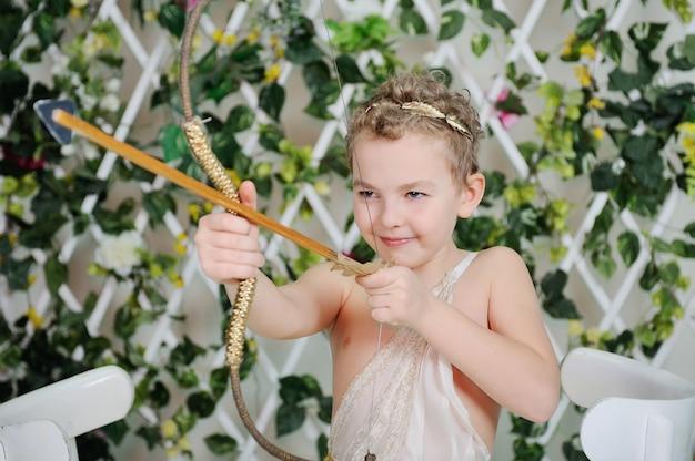 Cupido de bebê dispara um arco