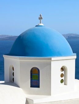 Cúpula azul tradicional em oia, santorini