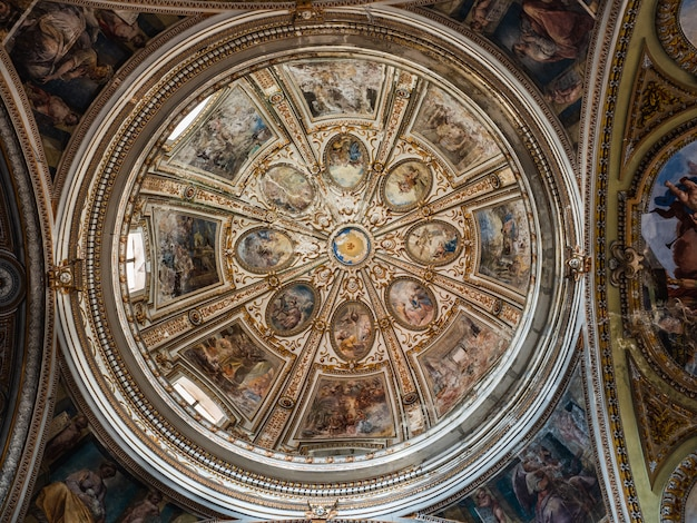 Cúpula brilhante, colorida da antiga igreja