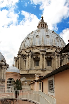Cúpula da basílica de são pedro em nuvens de fundo, cidade do vaticano, itália
